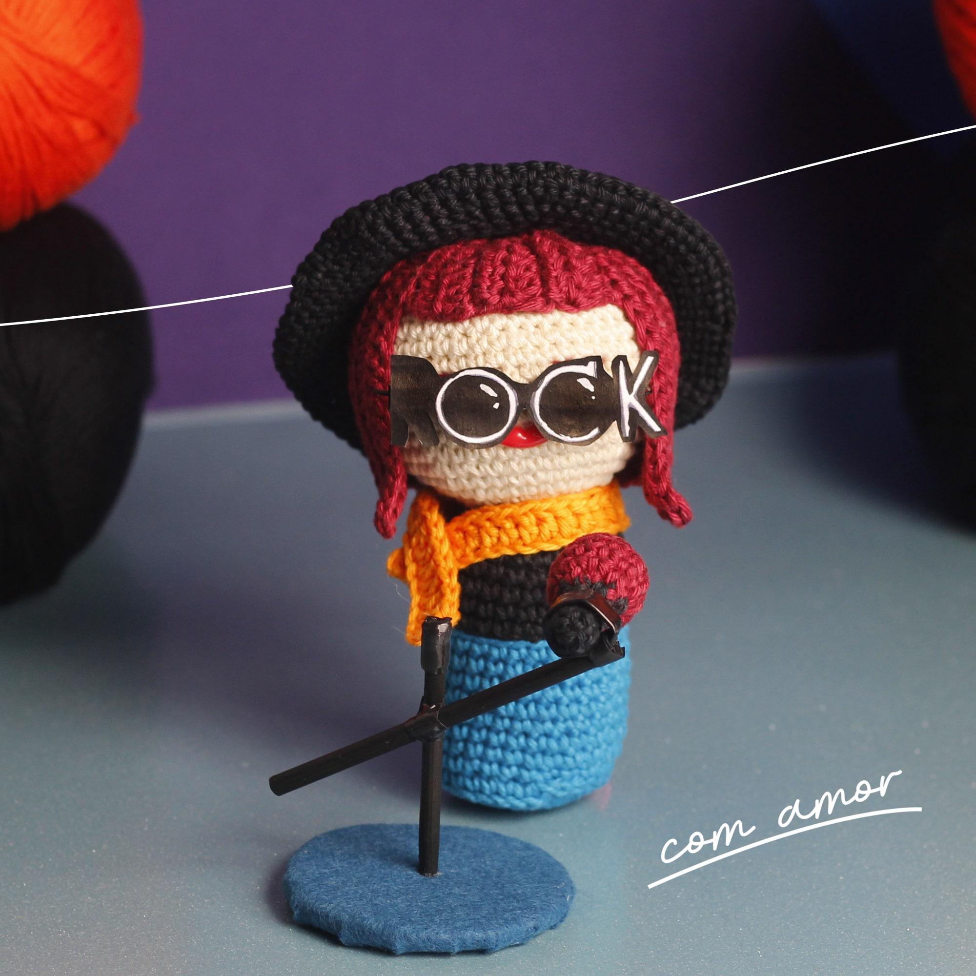 boneca de crochê roqueira